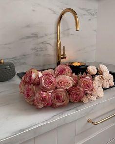 Tumblr Beautiful Bouquet Of Flowers, Fresh Flowers, Beautiful Flowers, Flower Aesthetic, Pink Aesthetic, Plants Are Friends, Little Flowers, Flower Power, Floral Arrangements
