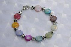 Armband   *Perlmutt/Bunt*   by baerbelsallerlei, *2204*  Das Armband hat eine Länge von 20 cm.  Verarbeitet wurden Bunte Perlmutt Perlen 10mm und Metall ...