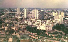 Vista aérea do Centro de Manaus. À direita, a Matriz de Nossa Senhora da Conceição com seus jardins e o antigo Aviaquário. Acervo: Museu da Imagem e do Som (MISAM).