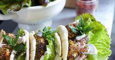 En fräsch och god variant av snabbmatsfavoriten falafel! Serveras i pitabröd med äppeltzatziki och salladsblad, toppad med mynta.