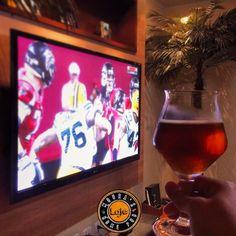 Assistindo a surra que o  @atlantafalcons está dando no @packers!  ___ Claro tomando uma cervejinha boa!  #tudopelanfl #nfl #beer #breja #birra #bier #cerveza #playoffsnflnaespn #aquinaoqueridinha #craftbeer #breja #lajehomepub