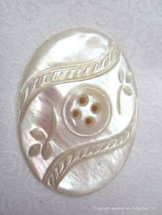 Vintage Mother of Pearl Button Vintage Pearls, Vintage Buttons, Button Cards, Button Button, Art Du Fil, Vintage Sewing Notions, Types Of Buttons, Passementerie, Linens And Lace