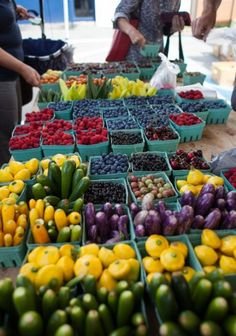 The farmers market is my favorite thing to attend each week to get farm fresh vegetables fruit Fruit And Veg, Fruits And Vegetables, Fresh Fruit, Farmers Market Display, Market Displays, Produce Market, Vegetable Stand, Catering, In Natura