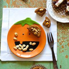 Healthy gluten free, vegan peanut butter pumpkin muffins for breakfast, Halloween, brunch, lunch boxes. Weight Watchers, Paleo diet baking recipe.