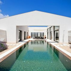 Conçue et fabriquée en Allemagne par Stephen Nickel, cette maison préfabriquée a été expédiée et assemblée à Majorque. Sur 400 m², cette villa de plein pied en forme de H s'organise autour d'une cour intérieur avec piscine.