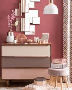 Detalhes metalizados espelhos puff banqueta e uma cômoda fofa são alguns dos poucos elementos necessários para compor um espaço puro amor como esse. A mistura entre os tons de cinza bege e rosa deixa tudo ainda mais encantador. Produtos similares: - Caixa Da Hora - Rosa; - Cômoda Smoo Pop 4 Gv Bege e Cinza; - Espelho Decorativo Quadrados - 001esp; - Porta-retrato Cobre 10x15; - Pendente 6035 Redondo 1 Lâmpada Branco; - Puff Banqueta Baixa Suede Bege Pés Palito 659; #moblybr #mobly #lar…