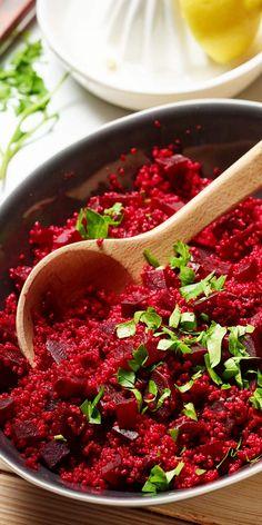 Einen echten Wow-Effekt erzielst du, wenn du deinen Gästen diesen Couscous-Rote Bete-Salat servierst. Doch der Salat wird euch nicht nur alleine durch seine Farbe überzeugen, sondern ist auch geschmacklich einfach top.