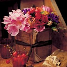 flowers surrounded by antique books.people can be so creative. Dark Flowers, Pretty Flowers, Antique Books, Vintage Books, Book Page Crafts, Recycled Books, Outdoor Pots, Deco Floral, Floral Design