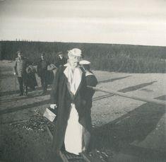 Tsarina Alexandra Feodorovna atravessando uma ponte no Dnepr próximo a Mogilev, em 1916.