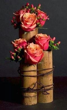 Bello el contraste entre lo delicado de las flores y lo rústico del bambú