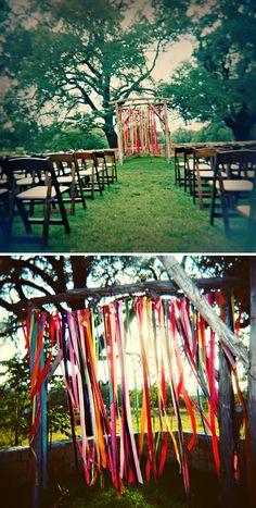 Ideas para decoración ceremonia al aire libre: cintas, farolillos, pompones