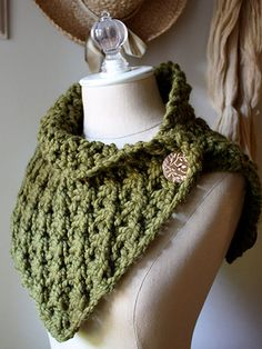 Knitting pattern for Asterisque Cowl neck warmer in super bulky yarn. Looks like a quick project. (affiliate link)