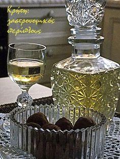 Το επετειακό!  Τα λικέρ είναι κάπως ιδιαίτερο είδος αλκοολούχου ποτού. Λένε ότι οι γεροί πότες δεν τα προτιμούν παρόλο που είναι σχετικά δυνατά, γιατί η γλύκα που βγάζουν δεν επιτρέπει μεγάλη κατανάλω Dessert Drinks, Fun Desserts, Chocolate Fudge Frosting, Frida And Diego, Sweet Words, Greek Recipes, Recipe Box, Cooking Time, Perfume Bottles