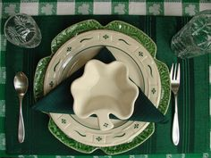 St. Patricks place setting, cabbage plate, Longaberger pottery.Click pic to see more.