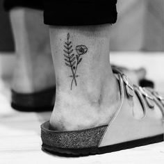 50 Arm Floral Tattoo Designs for Women 2019 - Page 19 of 50 - Flower Tattoo Designs - Minimalist Tattoo H Tattoo, Tattoo Style, Tattoo Und Piercing, Ankle Tattoo, Temp Tattoo, Little Tattoos, Mini Tattoos, Flower Tattoos, Body Art Tattoos