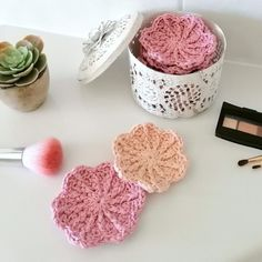 Crochet make-up removal pads - free instructions on the HeAr Makeup Tutorial Foundation, No Foundation Makeup, Crochet Deer, Free Crochet, Double Crochet, Single Crochet, Stitch Markers, Loom Knitting, Knitted Hats