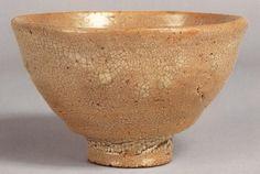 """李氏朝鮮時代(1392~1910)の16世紀頃につくられた高麗茶碗のなかでも、最も格が高いとされるのが井戸茶碗。もとは雑器だったものが、侘び茶の流行で桃山期の武将、茶人に好まれ、沢山日本に入ってきた。そのなかでとくに人気の高かったのが""""喜左衛門""""、""""加賀""""、""""細川""""。"""