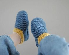 BABY SHOE PATTERN 'Finn Stay-On Shoe' / baby house slipper / bootie pattern plus photo tutorial. Great knitted infant shoes that 'stay on' Baby Booties Knitting Pattern, Knit Baby Shoes, Baby Shoes Pattern, Shoe Pattern, Loom Knitting, Baby Patterns, Baby Knitting, Crochet Baby, Knit Crochet