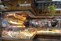 Pequeños comercios en el interior del Mercado Municipal de Abastos Vallermoso (Madrid). Diciembre 2016