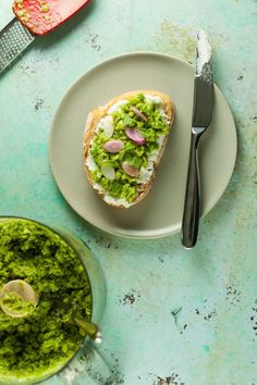 with Mint and Olive Oil - Blossom to Stem Crushed Peas with Mint and Olive OIl. A light spring melange of peas and mint that's lovely on toast or as a simple side. From Blossom to Stem Love Eat, Love Food, Kitchen Recipes, Cooking Recipes, Best Vegetarian Recipes, Vegetarian Meals, Mediterranean Recipes, Appetizer Recipes, Appetizers