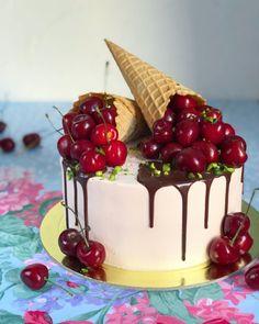 Тортик для самого лучшего Доктора!!!❤️ Внутри шоколадный влажный бисквит, конфи из малины и ванильный кремчиз.