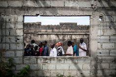 {English Below} Des électeurs congolais font la queue devant un bureau vote dans le quartier de Makelele à Brazzaville dimanche 20 mars 2016. Le Congo votait ce jour pour les elections présidentielle dans un climat tendu et dans un blackout médiatique. Le président sortant Denis Sassou Nguesso au pouvoir depuis 32 ans sur ce pays pauvre mais riche en pétrole devrait à nouveau sortir victorieux des urnes. #Photo: Marco Longari @marcolongari pour @afpphoto - Congolese voters queue outside a…