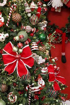 Enfeites, laços e bolas para uma árvore de Natal linda e repleta de luz!