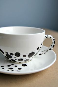 this cup & saucer is so aesthetically pleasing to my eye. love it DIY: spotted cup Sharpie Crafts, Sharpie Art, Creative Crafts, Diy Crafts, Diy Mugs, Creation Deco, Ceramic Painting, Ceramic Mugs, Diy Projects To Try