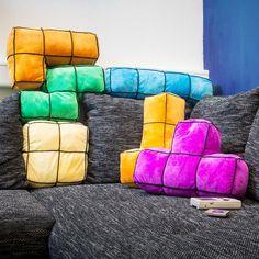 Fünf verschiedene Arcade Blocks als große Kissen verwandeln Dein Sofa in ein gemütliches Level.