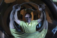 Dentro de una escultura de acero inoxidable tubular de 80 cm de diámetro.