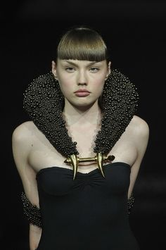 post modern punk / Hannah Martin for Alexander McQueen for Swarovski Runway Rocks. I am not sure but the beading looks like the Swarovski crystal pearls and not their regular crystals. Alexandre Mcqueen, Or Noir, Fashion Details, Fashion Design, Body Adornment, Alexander The Great, Contemporary Jewellery, Jewelry Art, Geek Jewelry