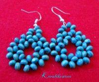 Niebieskie kwiaty   kolczykomania Koralikowooo  Niebieskie kwiaty wyplatane z uroczych niebieskich koralików :) Materiał:  drewno, żyłka