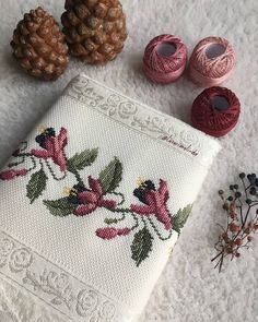 Fashion and Lifestyle Embroidery Stitches, Cross Stitch Patterns, Diy And Crafts, Coin Purse, Shabby Chic, Instagram Posts, Lifestyle, Fashion, Tablecloths