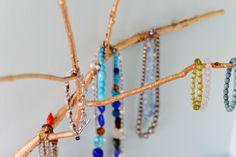 Hem kullanışlı hem de dekorasyon fikirleri kategorisinde sergilenebilecek bir mücevher askısı yapımı ile karşınızdayız. 🙂 Normalde satın aldığınız mücevher ve takı dolabı gibi eşyaları bir kenara bırakın. Şimdi sizinle birlikte bir sanat eserini hayata geçireceğiz. Duvara sabitlediğinizde kusursuz bir görünüme sahip olacak olan kendin yap mücevher askısı Renkli Atölye'de!