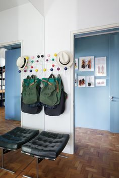 Kolorowy wieszak, wieszak na płaszcze, wieszak na kapelusze, przedpokój, korytarz https://www.homify.pl/katalogi-inspiracji/10478/stylowe-wieszaki-i-stojaki-na-plaszcze