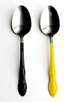 Spray painted flatware!! This website gives you so many ideas on how to use up those cans of spray paint sitting in storage!!!