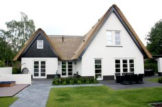 Modern with classic cottage Modern Farmhouse Exterior, Mansions Homes, Building A New Home, Build Your Dream Home, Hotels, House Roof, Classic House, New Home Designs, Exterior Design