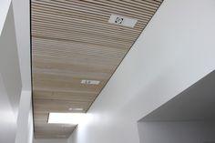 Listeloft-reference-rjarkitekt-akustik-træ-tømrerens-eget-hus_001 Decor, Interior, Kitchen Ceiling, Lighting Design, Clinic Interior Design, Wall Panels, Ceiling Design, Office Ceiling, Interior Design