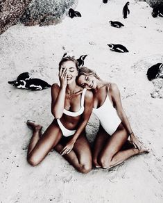 Endless summer Summer fashion Summer vibes Summer pictures Summer photos Summer outfits April 15 2020 at Shotting Photo, Beach Friends, Beach Poses With Friends, Fake Friends, Photos Voyages, Best Friend Goals, Friend Photos, Summer Pictures, Style Vintage
