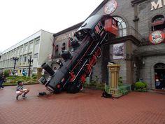 """042 - Em Gramado, fazendo """"pose"""" em frente ao trem do Mundo a Vapor."""