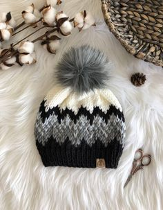 Fur Pom Pom Hat, Knitted Hats, Crochet Hats, White Beanies, Knit Basket, Beanie Pattern, Knitting Accessories, Knit Beanie, Knitting Projects