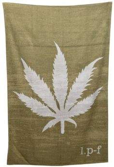 Lucien Pellat Finet leaf beach towel sur shopstyle.fr