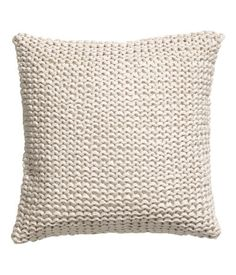 Light beige. Chunky-knit cushion cover in jersey yarn with a smooth, woven cotton backing. Concealed zip. Size 16 x 16 in.