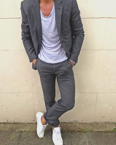 Put the dandy mode on in a charcoal suit and a grey crew-neck t-shirt. Complement your ensemble with a pair of white low top sneakers to switch things up. Casual Suit, Men Casual, Smart Casual Man, Terno Slim, Charcoal Suit, Mode Man, Herren Outfit, Suit And Tie, Men Looks