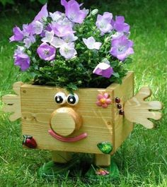 кашпо своими руками из дерева - Поиск в Google Wood Planter Box, Wooden Planters, Garden Yard Ideas, Garden Projects, Wooden Garden Ornaments, Flower Pot People, Small Wood Projects, Fall Planters, Pallet Creations