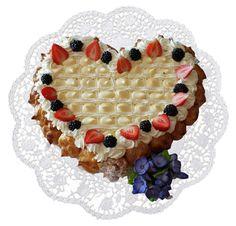 Cuore di pan di Spagna con panna montata, crema pasticcera, fragole, mirtilli e bignè. #puffs #heart #love #tortabignè #bignè #sponge #spongecake #blueberries #mirtilli