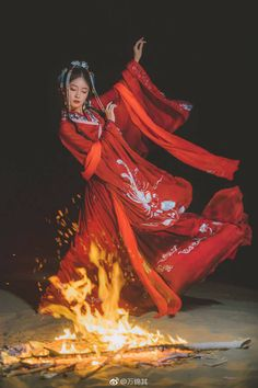 Image in oriental collection by stan loona on We Heart It Amaterasu, Oriental Fashion, Asian Fashion, Chinese Painting, Chinese Art, Lily Youtube, Memoirs Of A Geisha, Montage Photo, Chinese Clothing