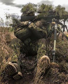 Sniper in the grass Ghillie Suit, Military Police, Military Weapons, Le Sniper, Sniper Rifles, Surplus Militaire, Military Special Forces, Military Pictures, Special Ops
