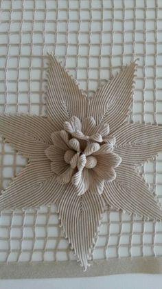 This Pin was discovered by Ser Crochet Doily Rug, Crochet Motifs, Crochet Flower Patterns, Freeform Crochet, Crochet Art, Crochet Home, Crochet Gifts, Irish Crochet, Crochet Designs