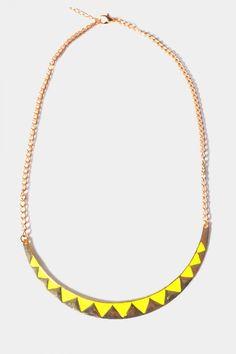 Collier dor et avec petits triangles jaunes fluo. Taille rglable